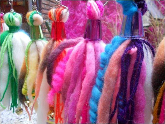 Llaveros de lana. Variedad de colores. Desde $65.-