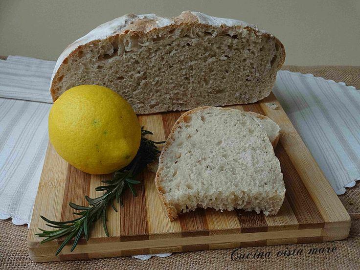 Il pane alle erbette aromatiche è ricco di sapore, offre al palato le note leggermente agrumate del limone e tutti i profumi di salvia e rosmarino.