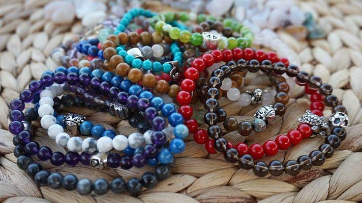 Sonbahar renklerin cümbüşü, aynı cümbüş doğal taş bilekliklerimizde var :) Birbirinden güzel doğal taşlarla melek, uğur böceği, baykuş, yingyang, barış işareti vb. sembolleri birleştirdik. Sizin için...