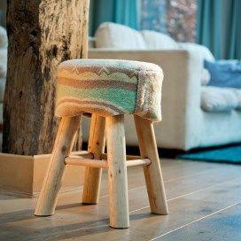 Krukje met een bekleding van wollen deken in zachte kleuren.
