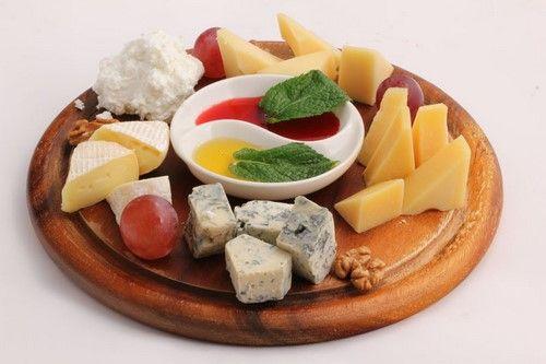 Сырная тарелка фото, сырная тарелка на праздничный стол - оформление, сырная нарезка и сырные закуски с фруктами, орехами, вином, как оформить сырную тарелку.