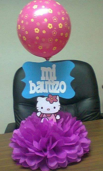 Centro de mesa Hello Kitty, con pompón de papel seda, rótulo personalizado y globo con flores impresas
