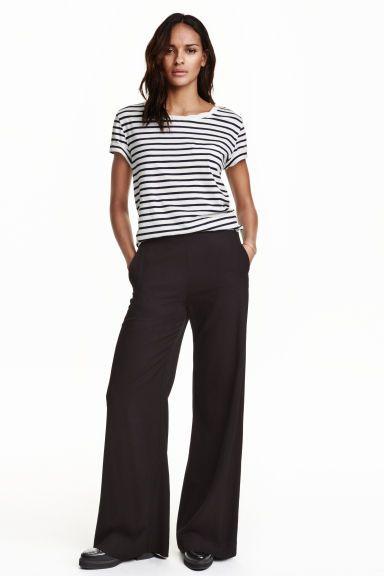 Široké kalhoty: Široké kalhoty z měkké strukturované tkaniny. Mají vysoký pas, skrytý boční zip a postranní kapsy.