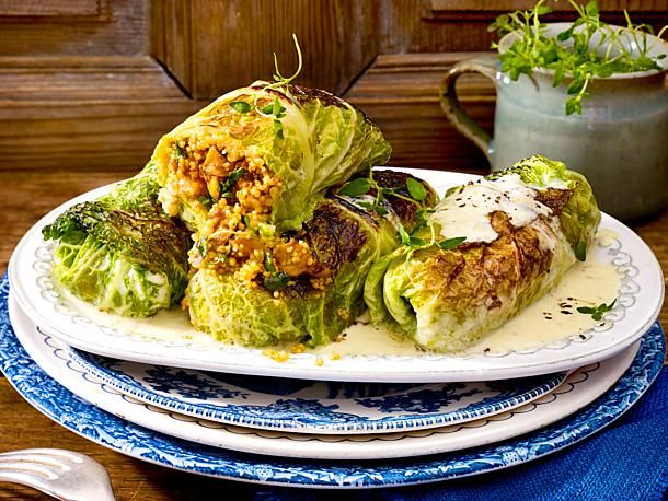 Wirsingrouladen mit Pilz-Couscous-Füllung Rezept | LECKER