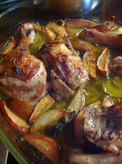 Οι καλύτερες συνταγές μου... με μπαχαρικά και μυρωδικά: Κοτόπουλο φουρνιστό με φέτες από μήλο