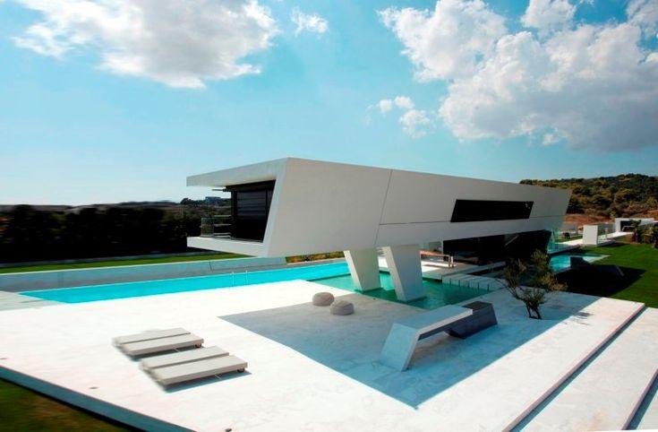 Το «εξωγήινο» σπίτι στην Αθήνα που μοιάζει σαν να αιωρείται πάνω από 6 τεχνητές λίμνες