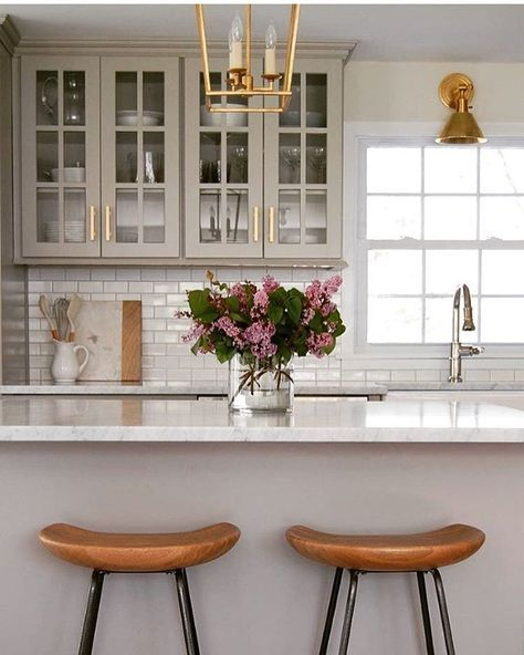 What a beautiful and warm kitchen! I love the gray cabinets, the brass and the wooden counter stools. Bravo @lindseyretellehanson