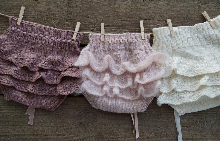 The girliest of bloomers with back ruffles ~~ #gustavogberta #babystrikk