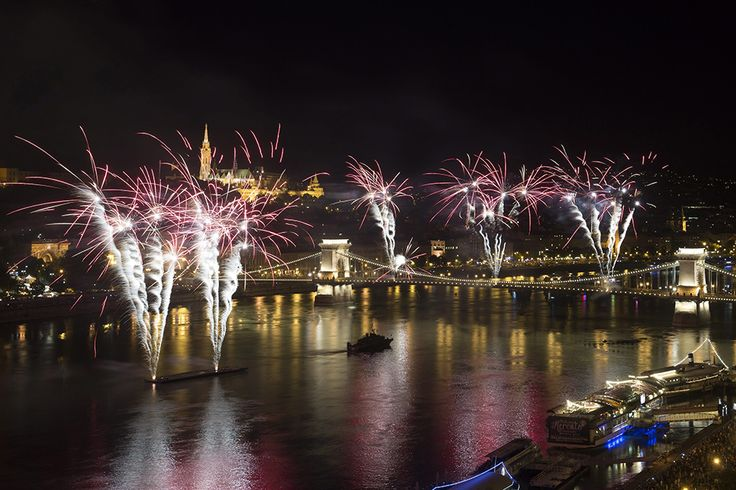 Budapest, 2015. augusztus 20. Ünnepi tűzijáték a Duna felett Budapesten 2015. augusztus 20-án. MTI Fotó: Koszticsák Szilárd