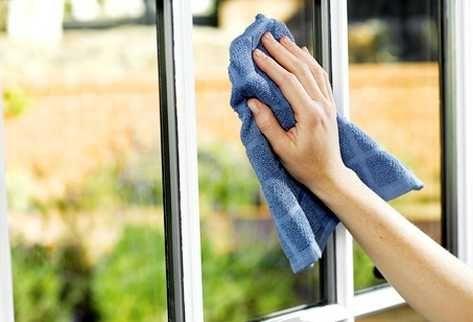 Olvídate de la crisis: Los trucos de la abuela para limpiar cristales y espejos