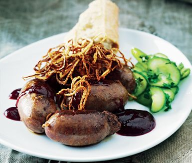 Älgkorven är tänkt att serveras som ett ölsnacks. Servera med baguette och rökig lingonketchup, press- gurka som pickles och friterad lök.