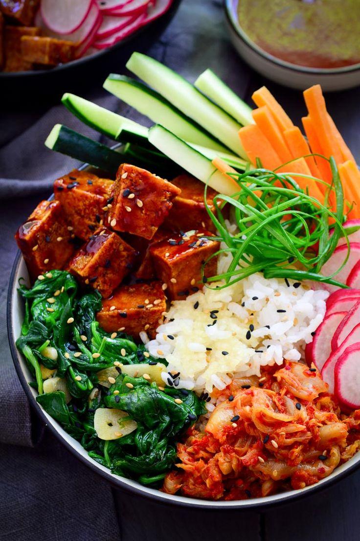 Veganer Bibimbap mit Gochujang Tofu und knusprigem Reis. Ein buntes und köstliches Hauptgericht!