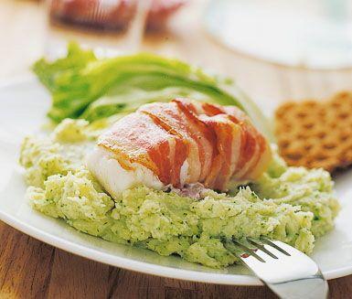 Baconlindad torsk med potatis- och broccolimos är en god fiskrätt. Sältan från baconen kompletterar det milda potatismosets lena yoghurtsmak och broccolin du vispar i ger moset en härlig färg. Torskfilé, hoki eller sej är fisk som passar denna rätt.