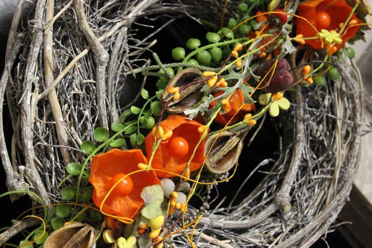 JESEŇ 2014 Prišlo k nám najfarebnejšie obdobie v roku. Opäť sme pre vás pripravili množstvo noviniek v aranžovaní, nové typy vencov na dvere, krásne dušičkové aranžmány, prišli nám krásne čarovné figúrky na poličku. Krásne jesenné kvety na váš balkón, terasu, či do záhrady. Nové odrody jesenných kvetov, cibuľovín a čerstvých rezaných kvetov. Pripravili sme aj nové akcie na vonkajšie kvietky. Tešíme sa na Vás.