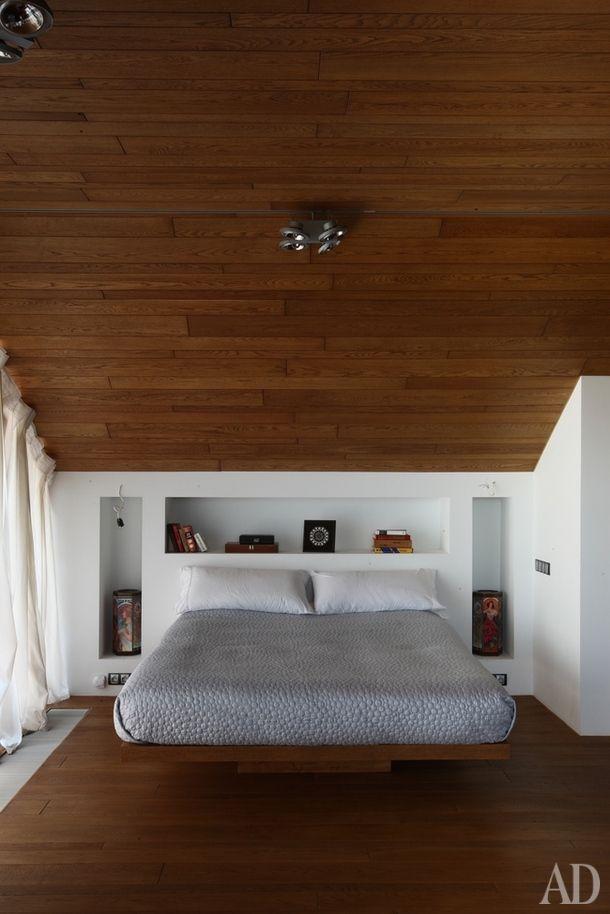Спальня на втором этажедома. Кровать выполнена на месте поиндивидуальному проектуиз деревянного щита идвух брусьев.