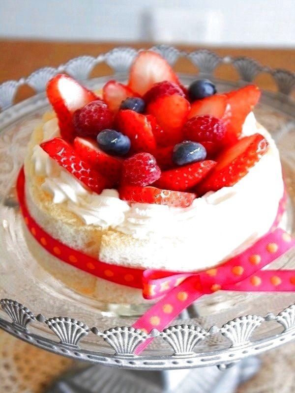 食パンのシャルロットフリュイ by 山口真理 / 手軽に作れておしゃれ!そんなお菓子としてベリー系を使ったスイーツを考えました。手作りのお誕生日ケーキとしてもおすすめです。 / ナディア