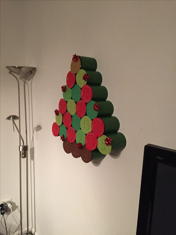 """Adventskalender Konserven upcycling. Grün lackiert und mit Heißkleber verbunden.  Innen dienen kleine Klötzchen als """"Halterung"""" für die Pappscheiben. Diese sind mit Klettpunkten an den Klötzchen befestigt (zum auf- und zumachen)"""