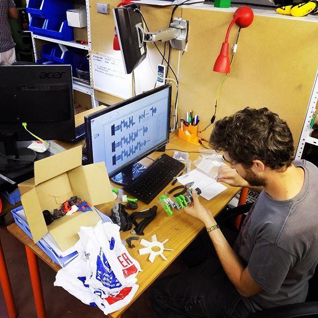Something we liked from Instagram! Técnico de HXX montando parte del cigüeñal de un motor #Toyota a escala. Está fabricado en ABS y la finalidad de este proyecto es verificar las tolerancias de este material a la hora de montar un conjunto además de aunarlo con otros elementos como rodamientos y piezas de sujeción.  #impresion3D #impresiones3D #modelado3D #diseño3D #somosingenieros #ingeniería #3D #3Dprinting #3Dprint #3Dprinter #3Dprinted #3Dmodeling #3Ddesign #weareengineers #engineering…