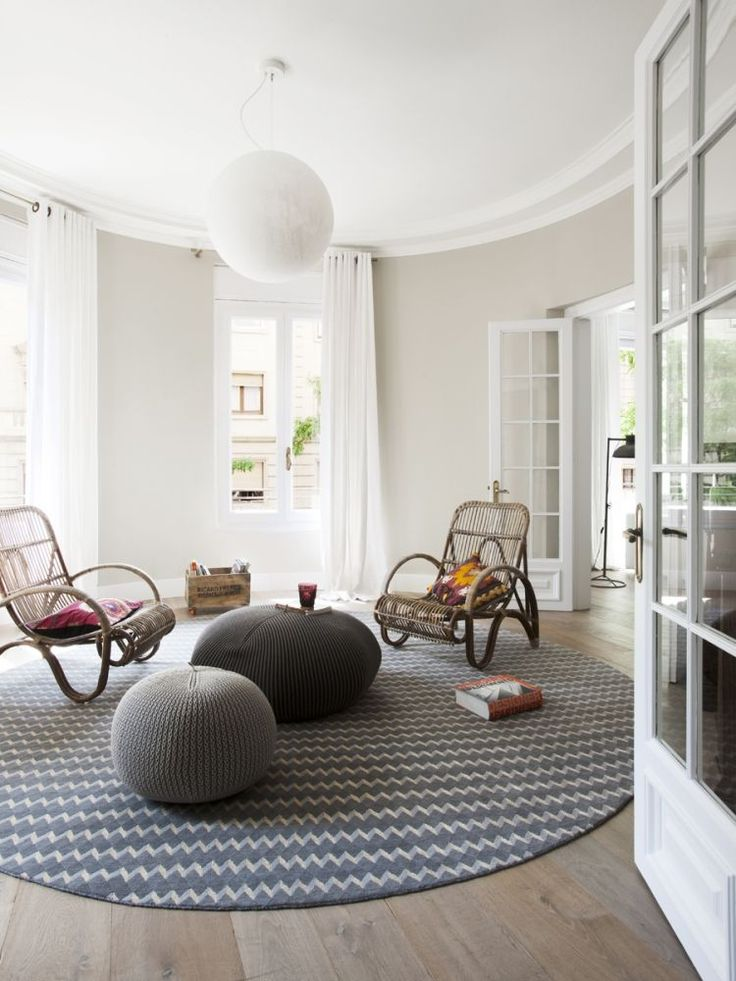 salon de style scandinave avec tapis rond à chevrons