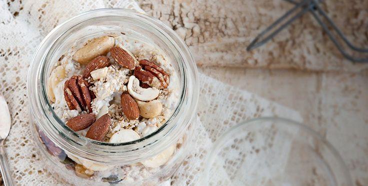 Herzhafte Frühstücksmuffins  Ofen auf 200 °C Ober-/ Unterhitze vorheizen., Karotten schälen und fein raspeln. Walnüsse grob hacken. Zwiebeln kleinschneiden., Sojadrink zusammen mit Soja Backen & Streichen aufschlagen. Gewürze und Mehl unterrühren. Karotten, Zwiebeln, Walnüsse und Backpulver unterrühren., Auf Muffinförmchen verteilen und für 25 Min backen.