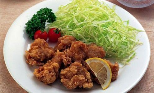 やはり揚げ物。日本食初心者の外国人もおいしい!と言ってパクパク食べるのが鶏のから揚げです。ここフランスでは皮付きの鶏胸肉がなく、鶏肉といえばささみか、手羽先(しかも大きい)ものが主流なので、うちではささみのから揚げにしてます。パリの日本人のご家庭では、手羽先の肉を包丁でそぎ落として作っているところもあるそうです。フランスの肉屋さんに聞いた話によると、フランスでは鶏肉の皮付き肉(足を除く)は全てアジアに送られるそうです。フランスでおいしい鶏のから揚げを作るには一苦労しますが、誰もが喜んで食べるのが鶏のから揚げです。