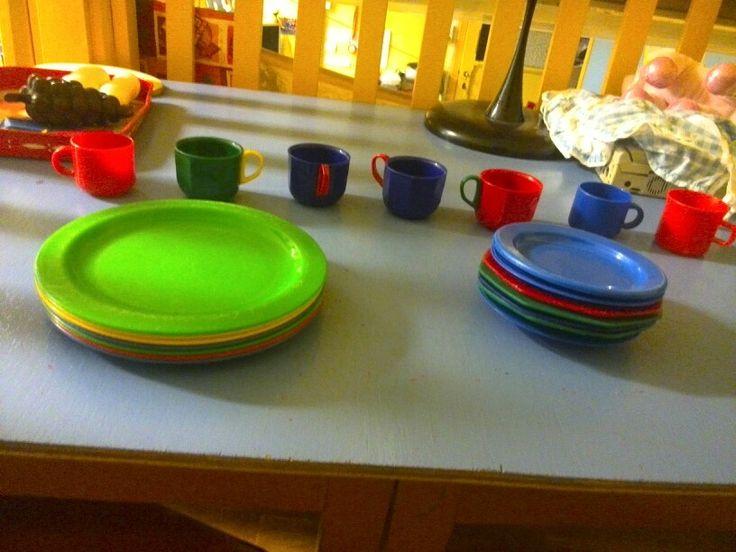 Aangepaste materialen in de poppenhoek: 7 grote borden 7 kleine borden 7 kopjes…