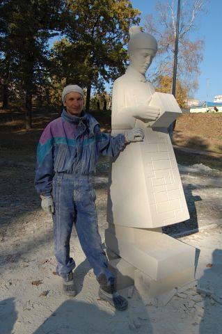 """скульптурный пленэр """"Мой Ирпень"""". Скульптор Константин и его загадочная девушка с кубом."""