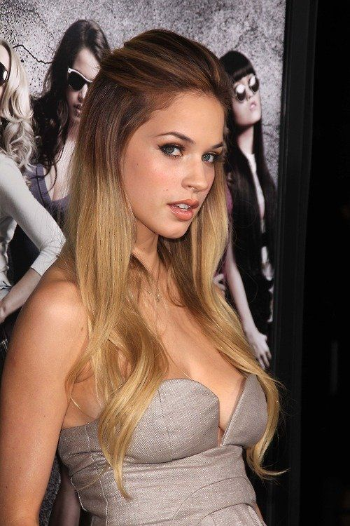 Alexis Knapp at the premiere of Pitch Perfect...freaking love ha
