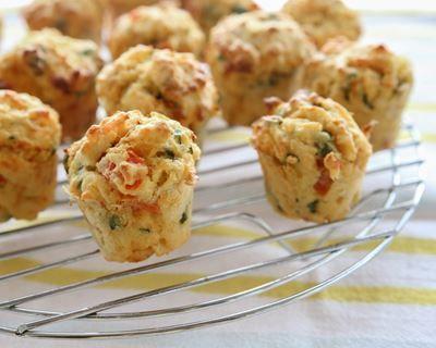 Mini muffins salés en 3 déclinaisons : http://www.cuisineaz.com/recettes/mini-muffins-sales-en-3-declinaisons-56599.aspx