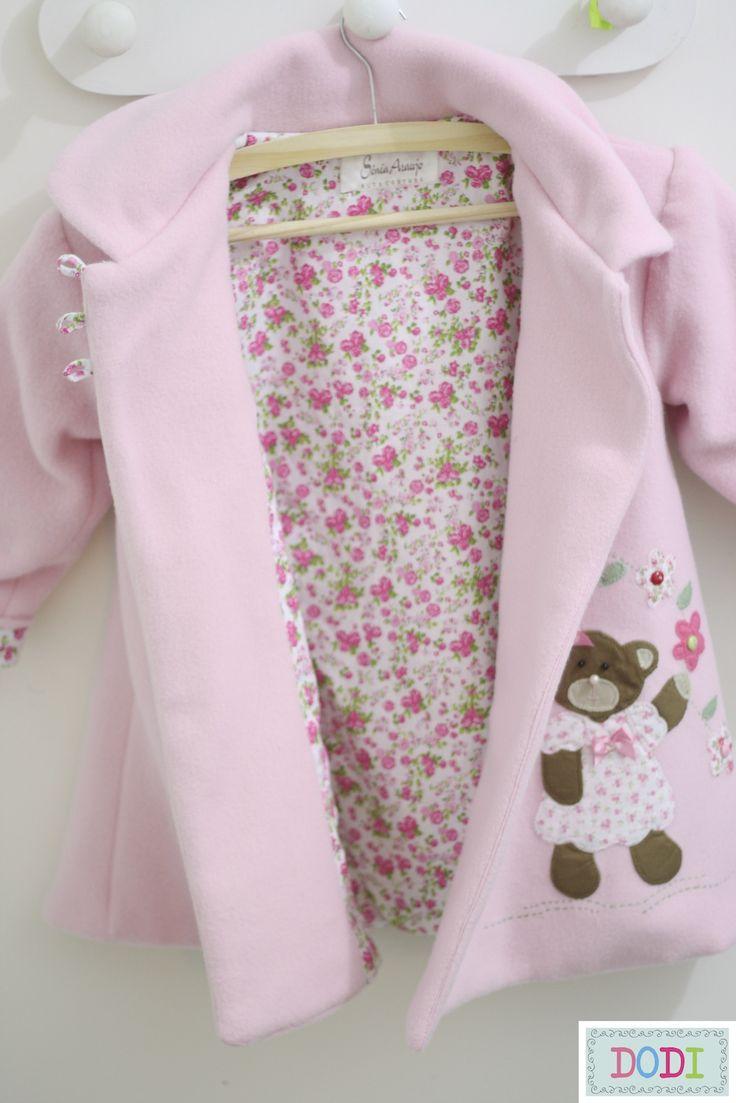 Essa é a versão infantil do casaco de soft, forrado com tecido 100% algodão e detalhes em patchwork.     Sucesso no reino das princesas ch...