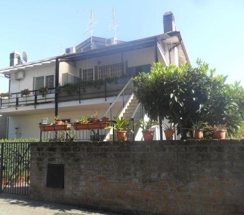 Roma : CASAL PALOCCO - VIA ARCHELAO DI MILETO (ISOLA 33 CHIUSA)