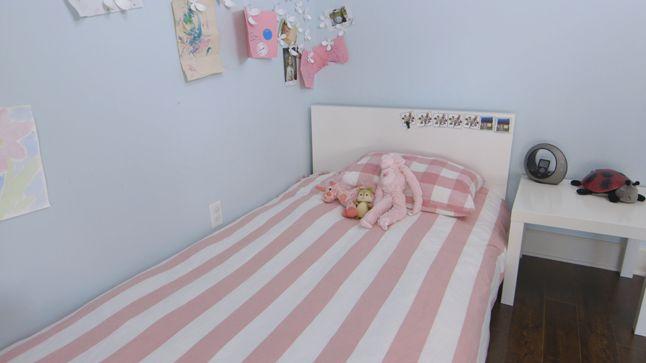 AVANT : Le lit sera réinstallé sur le mur du fond, la couette fera place à une nouvelle aux couleurs beaucoup plus éclatantes et une grande tête de lit sera ajoutée.