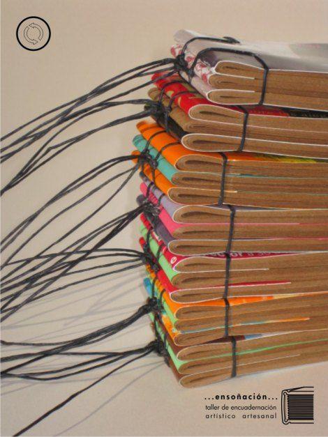 libretas daifuko cho – papel interior: recortes y demasías de imprenta – cubierta: postales e invitaciones culturales – tamaño 4 x 15cm