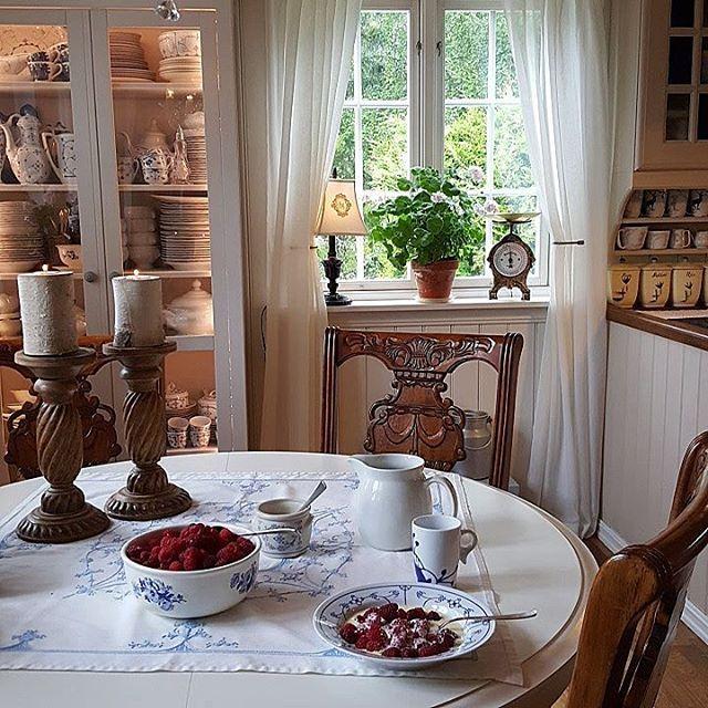 Smaker så godt med selvplukka bringebær og vaniljesausha en flott lørdag  #kitchen #kjøkkendetaljer #kjøkken #kjøkkeninspo #gamleskatter #levlandlig #landliv #countryliving #lantligahem #kjøkkenet #nordicinspiration #finahem #mynorwegianhome #norwegianhome #bringebær#interior4all #inspiration #interiors #interiør #interior #interiørdetaljer #interiorharmoni