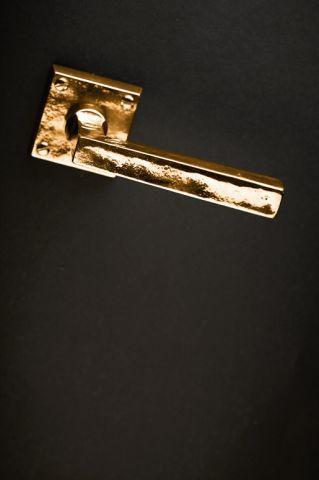 #Maniglia QUADRA di #GiaraArtDesign con superficie martellata, puro spirito di una lavorazione fatta a mano in fusione unica. #design #arredo #vintage #stile900 #bronzo #brittanium #bronze #handcrafted #furniture #decor