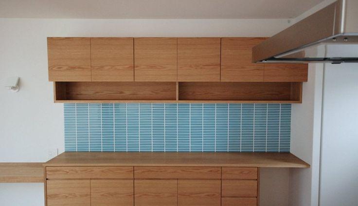 オークとブルータイルの食器棚とカウンターデスク