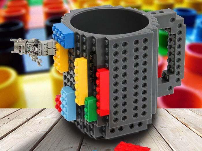 Met deze koffiemok zullen ochtendvergaderingen plots heel wat constructiever worden. Toch alvast in de betekenis van creatieve bouwkunst. Aan de buitenkant kan dit leuke gadget namelijk bebouwd worden met allerhande soorten bouwsteentjes. De noppen zijn compatibel met blokjes van Lego, KRE-O, K'NEX, Pixelblocks én Mega Bloks.