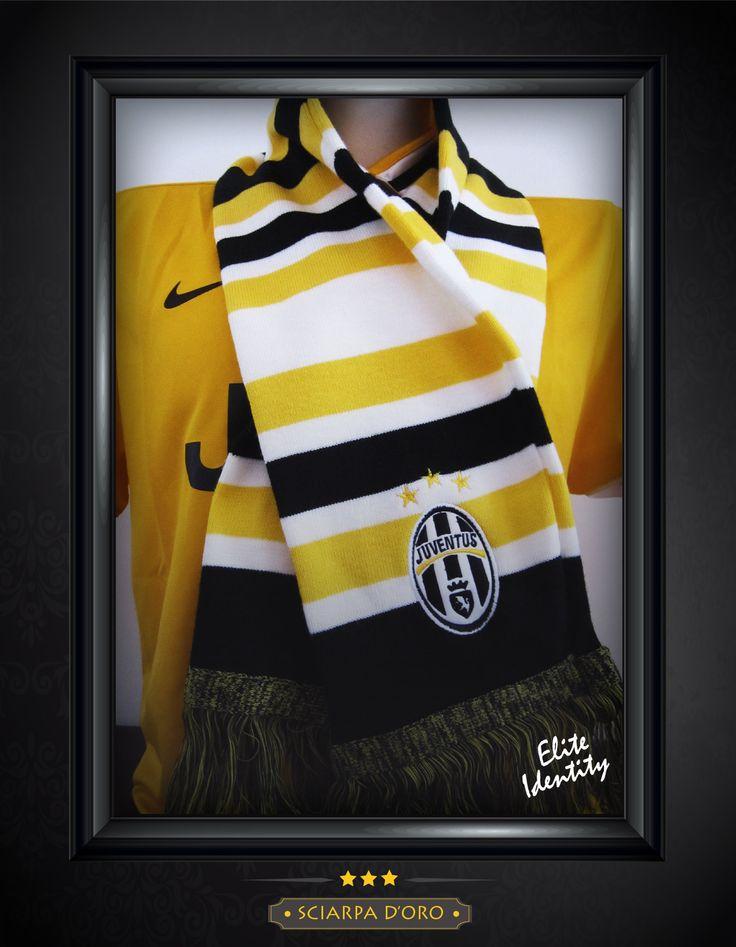 """El escudo de la Juventus está adornado por 3 brillantes estrellas doradas que son la carta de presentación ante cualquiera de nuestros rivales. Llévate esta bufanda en blanco y negro con franjas """"doradas"""". Envíos a todo el país."""