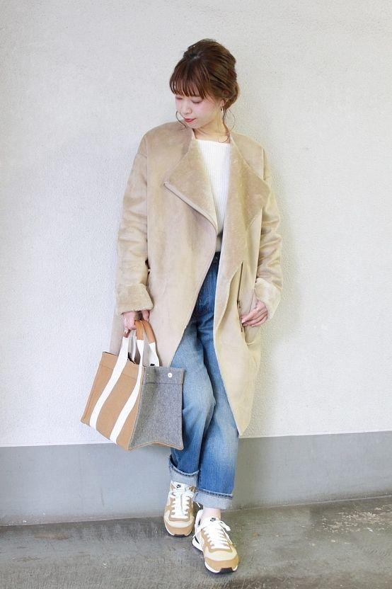 ◆この冬オススメ!フェイクムートンノーカラーコート!  昨年も人気のフェイクムートンコートが登場! ゆったりとしたフォルムが今年らしいフェイクムートンのコート。 程よい着丈でパンツスタイルにもスカートにも合わせやすい一枚。 小物をベージュでまとめて統一感を。