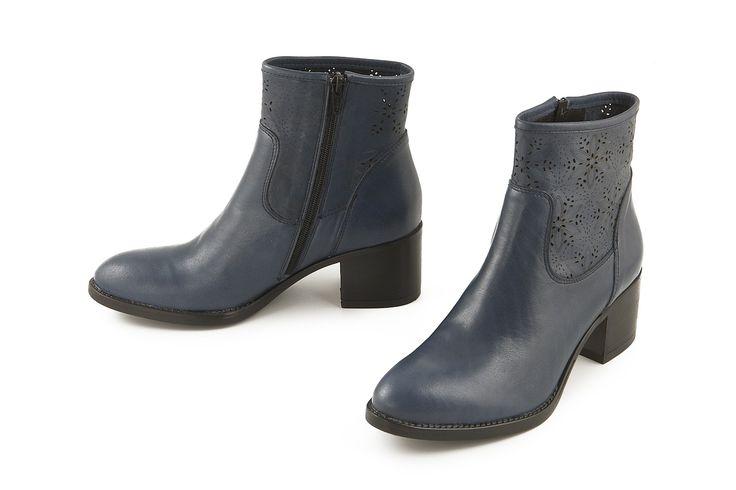 Stivaletto alla caviglia in pelle traforata blu. Bue perforated leather ankle boot.