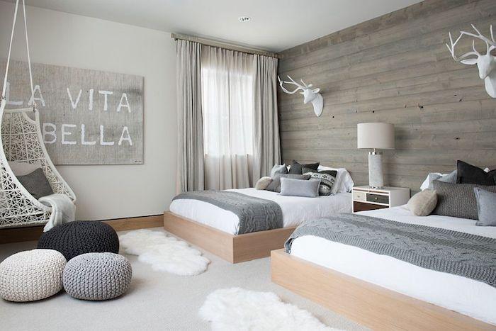 Deko Ideen Schlafzimmer, Kleine Weiße Tpepiche, Hestrickte Hocher, Weiße  Hirschen, Hängesessel