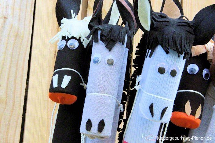 """""""Ruhig Brauner!"""" oder """"Vorwärts Bronko!"""" heißt es bei dieser Geburtstags-Bastelei. Mit wenigen, günstigen Materialien entstehen süße Steckenpferde und keins ist wie das andere! Nach dem Bastelspaß kommt der Reitspaß und am Ende des Kindergeburtstags darf jedes Kind sein Pferd nach Hause reiten."""