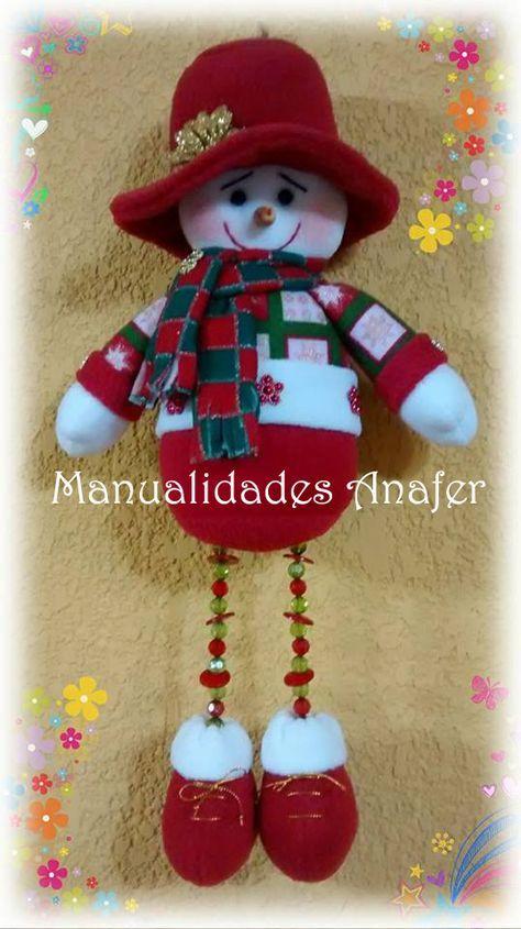 Perfecto para la decoración del arbolito o la puerta de entrada. Vienen en tres diseños: Nieve, Noel y Renito. Elaborados en tela polar y c...