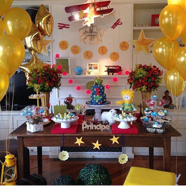 Adorei essa festinha O Pequeno Príncipe em casa, linda! Vários detalhes fofos como os aviões, as luzinhas vermelhas e um bolo lindo! Por @decoraem321  #kikidsparty