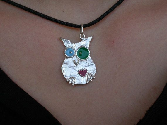 Large owl with intense eyes and heart. Sterling silver colored enamel baked at 75 ° C (2 cm x 2.9 cm),