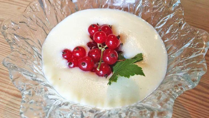 1 liter h-melk 1,25 dl semulegryn 2 ss sukker 1 egg 3 mandeldråper 1 ts sukker til å strø over