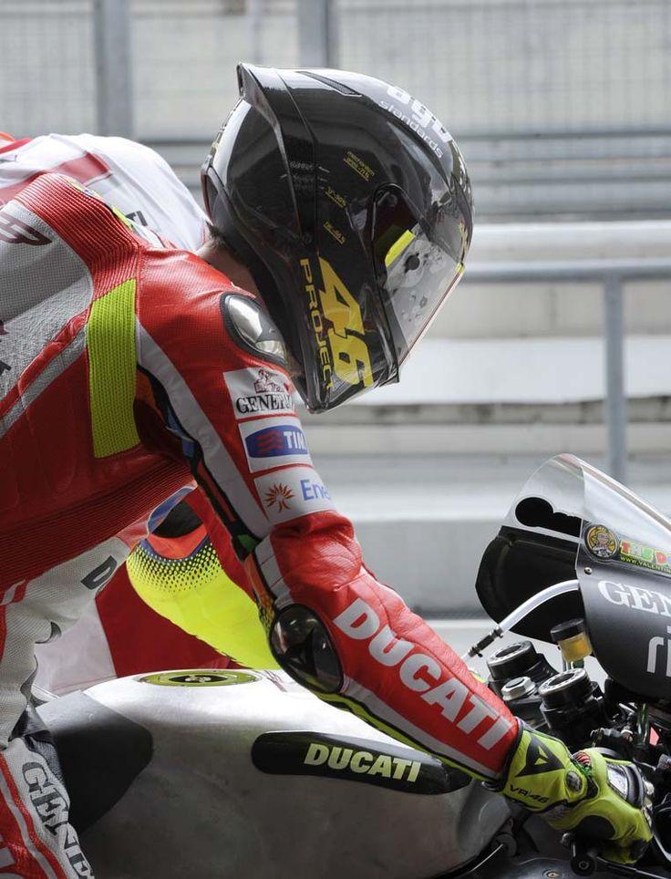 Valentino-Rossi-AGV-Standards-Project-46-helmet-02