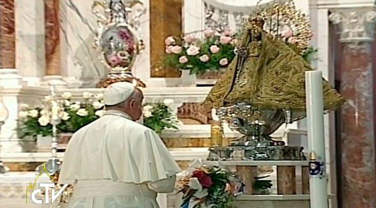 En el tercer día de su viaje apostólico en Cuba, el Papa Francisco visitó el Santuario de la Virgen de la Caridad del Cobre en Santiago de Cuba para rezar ante la imagen original de esta adovación de la Madre de Dios.