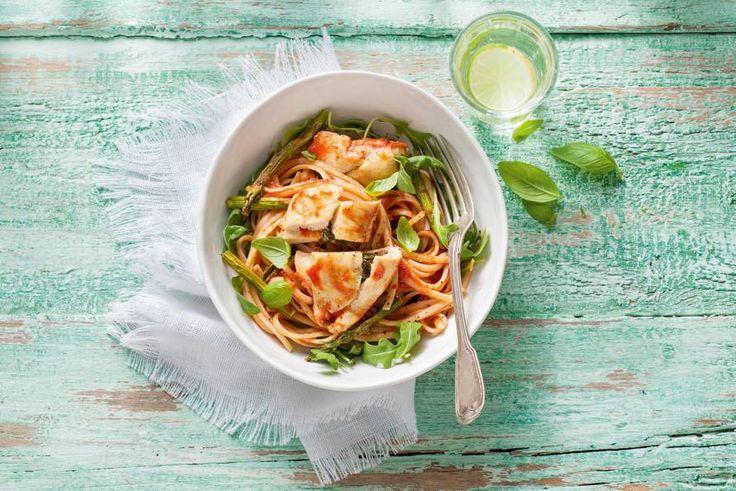 1 september 2017 - Groene asperges in de bonus - Avondje Italië met deze linguine met caprese kip in tomatensaus - Recept - Allerhande