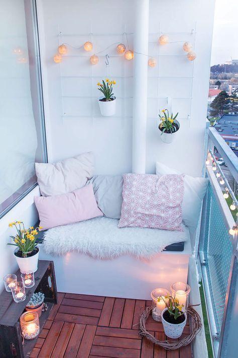 petit balcon terrasse bois cosy confortable guirlande lumineuse suspension  florale bougie tapis fourrure balcon terrasse bois ambiance cosy
